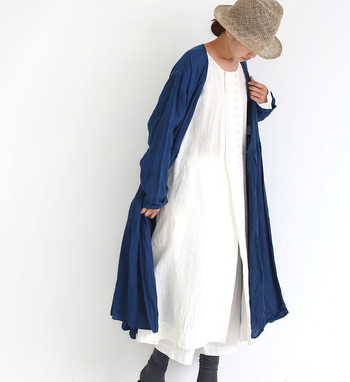 リネンのシャツドレスとプレーンなワンピースとのレイヤードスタイルは、ナチュラル系