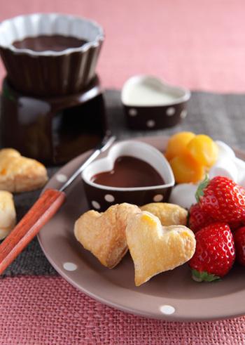 パイ生地を型抜きして焼き、フルーツやマシュマロとともにチョコフォンデュに。とても簡単で豪華なスイーツになります。パーティーなどにもよさそうですね。