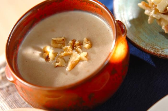 クルミと豆乳を使った、とてもヘルシーなお汁粉。コクがあって、風味がよくて、寒い朝などにもぜひおすすめ。白玉団子や焼き餅などを、お好みで添えて。