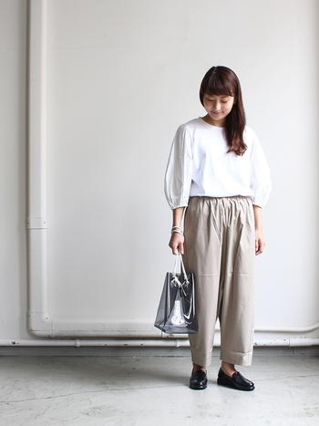 パフスリーブの七分袖、ウエストギャザーのパンツで、全体的にふんわりした女性らしい雰囲気。シンプルなデザインの組合せで、ナチュラルエレガントなコーディネイトです。