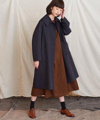 秋口の通勤や通学にも使えるステンカラーコートを使ったコーディネート。シックになりがちな秋の装いを楽しむには、ワントーンにならないアイテムを取り入れるのも素敵です!