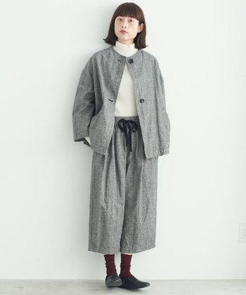 ノーカラーのジャケットと同色パンツのセットアップコーデ。程よいオーバーサイズがかっこ良さを演出。綿×リネンのナチュラルな風合いは、コートを重ねたりインナーを変えれば、長い季節楽しめるアイテムです。