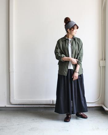 メンズテイストのジャケットは、ボリュームたっぷりのガウチョパンツと合わせて。キチンと女性らしさをアピールできるコーディネイトです。