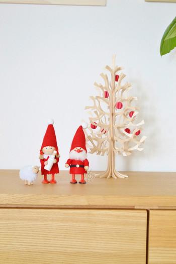 赤いボールをつければグッとクリスマスらしい配色に。サンタさんと一緒に並べれば童話の世界が広がります。