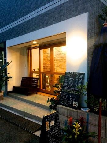 蔵前神社のすぐそばに2016年オープンしたコフィノワは、清潔感のある白い外壁と明るい木目のガラス扉が印象的。オフィスワーカーや地元の住民にも親しまれるコーヒーショップとして人気です。