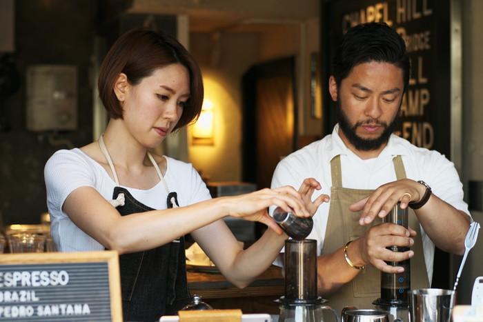 カウンター越しに見えるオシャレな店内の様子やスタッフさんの雰囲気も抜群。コーヒーをドリップする丁寧な仕事ぶりは、見ているだけでも楽しくなりますね。