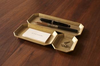 FUTAGAMIの真鍮文具トレイは、重厚感のある無塗装・無垢の真鍮でつくられたトレイです。使っていくうちにどんどん馴染んで深みのある味わいになっていきます。
