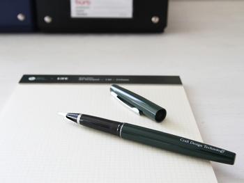 Craft Design Technology(クラフトデザインテクノロジー)の筆ペンは、他ではあまり見ないおしゃれなデザインです。アルミニウムの軸が大人っぽい印象で、ずっと長く使える逸品です。