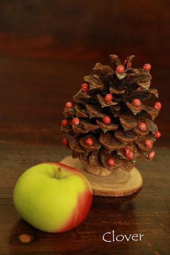 ひとつの松ぼっくりをツリーに見立てるのも素敵♪こちらは、ペッパーベリーをひとつずつ付けていき、クリスマスらしいカラーに仕上げています。可愛いですね。