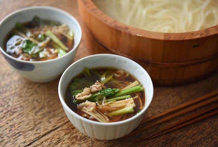 具だくさんのつけ汁でいただく、釜揚げうどん。冷え込む季節に美味しいですよね。つけ汁には、豚バラ肉のコクとエノキ、長ネギ、小松菜が入ってしみじみ身体が温まります。