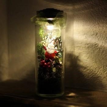 ドライフラワーや松ぼっくりで作ったボトルランプ。陽気なサンタが、中に入っています。ほのかな灯りが、ロマンティックなクリスマスの夜をそっと照らしてくれそうですね。