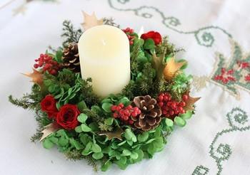クリスマスのテーブルのセンターに置きたい、華やかなキャンドルアレンジメント。松ぼっくりが、素敵な存在感を感じさせます。ぜひ、あなたの世界観でアレンジを♪