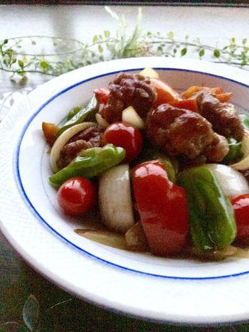 揚げない酢豚はオイル摂取量を少なくし、調理時間も短縮できます! 豚バラ肉に片栗粉をまぶしてボール状にして焼きあげたお肉を、玉ねぎ、ニンジン、パプリカと一緒に強火で炒め合わせて。バルサミコ酢を使った、酸っぱすぎない美味しさです。