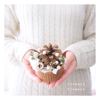 ココットに松ぼっくりや繊細なドライフラワーを詰め、可愛いカップケーキのようにデザインしたフラワーアレンジメント。クリスマスのテーブルにちょこんと置きたい、たまらない可愛らしさ♪