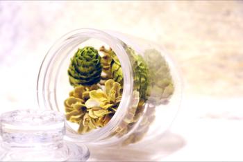 松ぼっくりにアロマの香りをしみ込ませて、ガラスボトルに。こんな使い方も新鮮ですね。あなたは、華やかな香りのクリスマス?それとも、森の香りのナチュラルクリスマス?