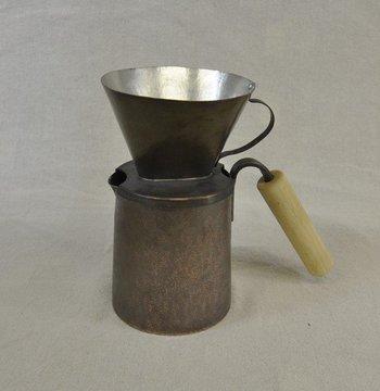 銅製のコーヒー用のドリップポット。 内側は銅の味がコーヒーに移らない様に錫引きをし、持ち手は熱くない様に木製で作り、使いやすく。 銅には抗菌性が高く、水をまろやかにする効果もあるそう。お家でも、アウトドアでも美味しいコーヒーを楽しめます。