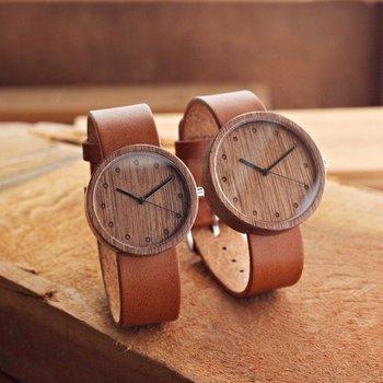 こちらはウォールナットと牛革の腕時計、1枚板の木を丸く切り抜いた木目の美しさが映えています。 バンドレザーの色を選べるので、色違いで使うのも良いですね。木でできているのでとても軽くて腕に負担がかからないのが嬉しいポイント。