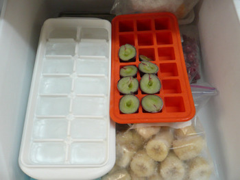 缶詰のコーンやミックスビーンズなど1回に少ししか使わない食材は、こんな風に製氷皿を使うのも◎