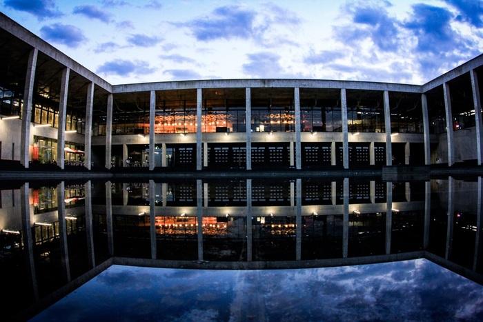 まずは芸術祭の拠点となる「越後妻有里山現代美術館[キナーレ]」へ。公開中の作品やおすすめのスポットなど、芸術祭を知り尽くしたスタッフの方と交流しながら旅のプランを決めましょう。コンクリート打ちっ放しで建てられたキナーレは、外との境目が分からなくなるほど大きなガラス窓が印象的で、建築物としても一見の価値あり。