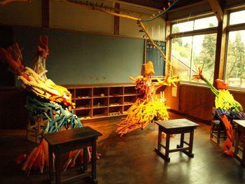 絵本作家・田島征三さんの作品。廃校になった真田小学校がこの作品の舞台。実在する最後の生徒3人が主人公となり、空間を使った絵本のように構成されています。