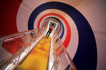 赤白青の螺旋模様が回転するトンネルを通り抜け、平衡感覚が揺さぶられる作品。これからはじまるアートな旅にワクワクしながら歩いてみて。