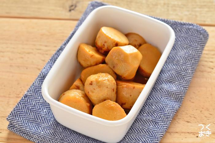 里芋と調味料だけで作る、懐かしい味わいの煮っころがし。ホクホクとしていながら、ねっとりとした食感と素朴で懐かしい味が魅力です。冷めたままでも美味しいので、週末にたくさん作り置きしておけば、お弁当のおかずや、もう一品欲しいときなど重宝します。