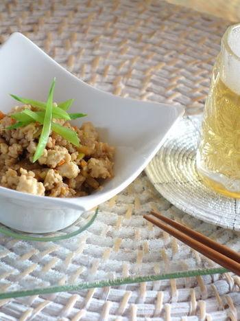 豆腐、人参、しいたけ、鶏挽き肉で作るヘルシーな炒り豆腐。シンプルで素朴な味わいはおかずだけでなく、パパのおつまみに出しても喜ばれそう。
