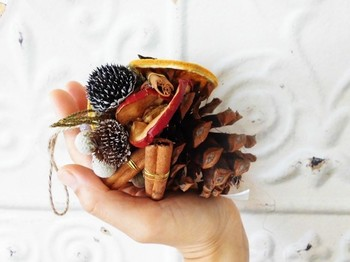 大きな松ぼっくりに、スパイスやドライフルーツを飾ったオーナメント。豊かな香りに癒されます。クリスマスだけでなく、いつも飾っておきたい素敵なオーナメントです。