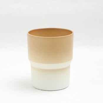 オランダ人デザイナーがデザインしたライトブラウンの有田焼マグカップ。コーヒーにもコールドドリンクにも使えるのがうれしい!有田焼のカップでコーヒーをいただくなんて贅沢な気分♪