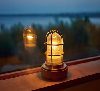 気分を高めてくれるアイテムはたくさんありますが、うっとり夜の時間を楽しむなら、おしゃれなライトはいかがですか?あたたかい灯りの色が秋の夜長のコーヒータイムをほんのりと照らしてくれます。