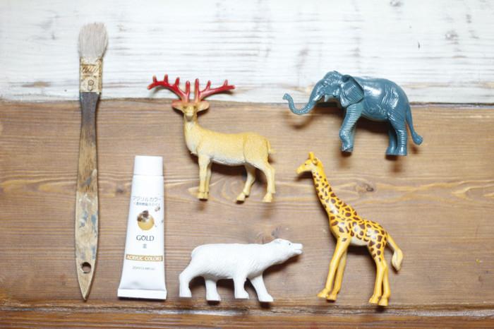動物や人のフィギュアは雑貨屋さんでも良く見かけますが、100円ショップのおもちゃ(写真はセリア)をアクリル絵の具で白く着色すると……