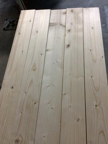 「2×材」を天井までの長さにカットして、表面をペーパーやすりで磨きます。サンダー(電動ヤスリ)がある場合は粗目から細目に変えて表面の凹凸を整えるときれいに仕上がりますよ。