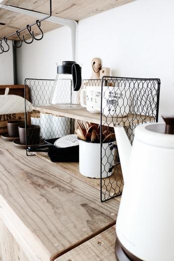 お家にちょうどいいサイズの棚がないときはDIYしてみましょう。焼き網と木板を組み合わせて作ったシェルフは、コーヒーグッズや調味料スタンドにぴたり。100均アイテムを使って簡単にできるので、DIY初心者の方にもおすすめです!