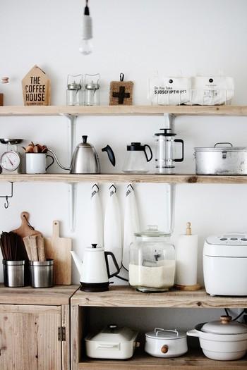 """カフェでは、オープンな棚などを利用した""""見せる収納""""を上手く取り入れています。見せる収納で気をつけたいのが「色」や「テイスト」。カラートーンを合わせたり、シンプルなアイテムで統一&デザイン家電やキッチンツール・雑貨をディスプレイすることで、お洒落で美しいキッチンに。"""