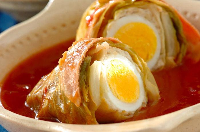 鶏ひき肉で作るロールキャベツは、あっさりした優しい味。真ん中にゆで卵をくるむので、見た目も味もボリューム満点です。キャベツはレンジで加熱すると時短になりますよ☆