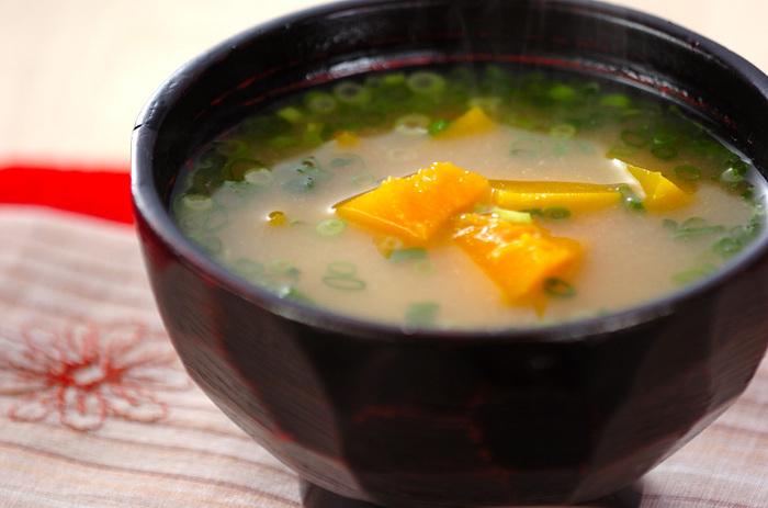 かぼちゃ本来の甘みを心ゆくまで堪能できるお味噌汁。具材はかぼちゃとねぎだけと、いたってシンプル。美味しい白ごはんとお漬物、かぼちゃのお味噌汁があるだけで心が癒されそう♪