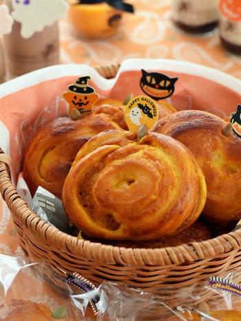 ハロウィンにもおすすめ♪生地にもかぼちゃパウダーを入れた、かぼちゃを存分に楽しめるパン。かぼちゃ本来の甘みを味わえるように、お砂糖などの調味料は控えています。見た目もかわいいので、ちょっとした手土産としても活用できそうです。