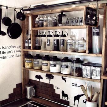 キッチンツールと合わせて、ラベルも黒で統一しています。容器の大きさや形が違っても、まとまりのある雰囲気になりますね。