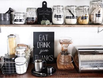 生活感の出やすい調味料や保存食品は、保存容器を統一して詰め替えましょう。中身が見えるよう透明な瓶にラベルを貼ることで分かりやすく、見ても楽しいカフェ風のディスプレイに♪