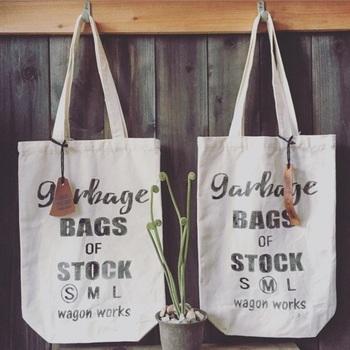 ゴミ袋やスーパーの袋のストックもお洒落を忘れずに。セリアの布バッグに布用の塗料を使って、ステンシルするだけで、素敵なストックバッグの完成!よーく見てみるとS・M・Lとあり、○がついています。S・M・Lの大きさごとにわけて、収納できるので使いやすさも抜群です。