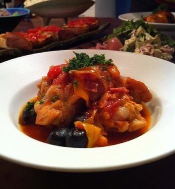 トマト缶以外に使う野菜は、キャベツ、玉ねぎ、にんじんとブラックオリーブの実。くつくつ煮込んだら、パスタと一緒にいただきましょう。