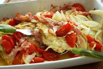 耐熱容器にチキンとお好みの野菜を入れて、オリーブオイルをまわしかけて180℃に余熱したオーブンに入れること35分で、アツアツのオーブン焼きが。オーブンに入れるだけでできるオーブン焼きは、忙しい時に助かるお料理です。