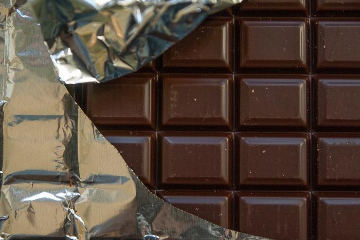 アルミ箔には、保香性、防湿性、防虫効果に優れていて、チョコレートの香りに誘われてくる虫から予防するために使われているんだそう。温度を保って、溶けにくくする効果もあるそうですよ。