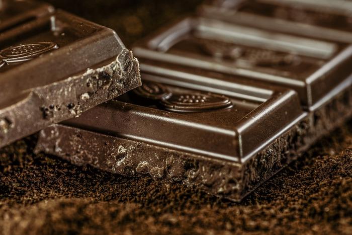 板チョコに入っている溝。食べる時や、分ける時、溝に沿ってパキッと割れて食べやすいですよね。でも、あの溝は割りやすくするためではなく、チョコレートを作る過程で、冷やして固める時間を短くするための工夫なんだそう。
