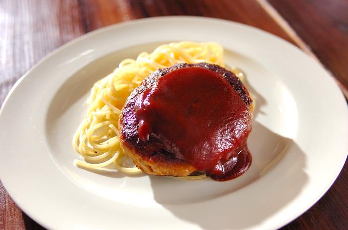 オムライスと同じく、ケチャップベースのソースがレトロ感あふれる昭和のハンバーグレシピ。食卓に幸せを運んでくれる懐かしいごちそうレシピは、子供だけでなく大人も喜びそう。