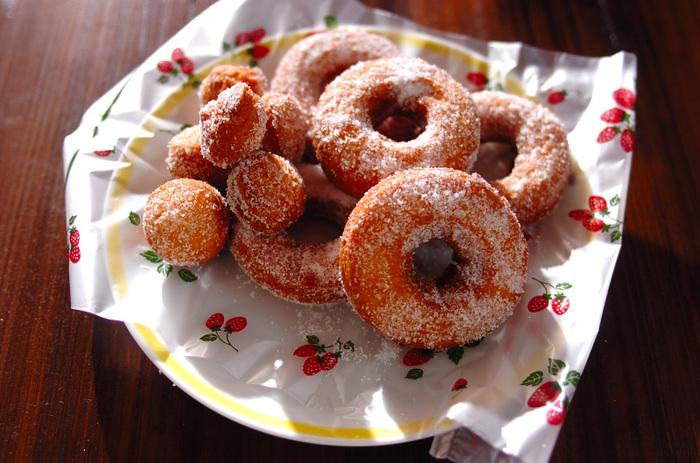 子供のころ、大好きだった手作りおやつのドーナッツ。今のフワフワドーナッツやモチモチドーナッツに比べるとちょっぴり固めで味もシンプルですが、その素朴な味わいが懐かしく、飽きがこないので、つい食べ過ぎてしまいそう。