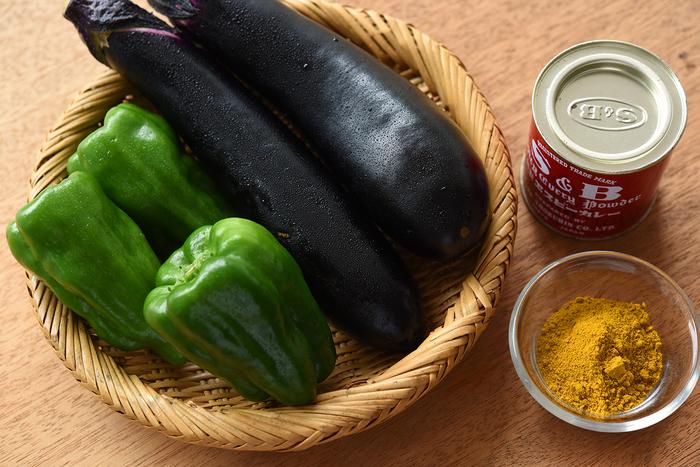 そろそろ食べつくした感もある「夏野菜」。レシピの幅を広げれば、まだまだ美味しく楽しめます。そして、暑い季節と相性の良いスパイス「カレー粉」も旬の食材に仲間入り。今回は、お馴染みのヱスビー『赤缶カレー粉』を使います。なんと30種類以上のスパイスがブレンドされているそう。