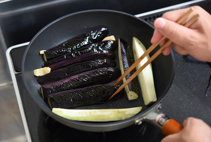 今回は揚げずにフライパンで手軽に調理するレシピ。しかし、なすの色をきれいに仕上げるには、多めの油で皮をしっかりコーティングしてあげることが大事です。油と相性が良い食材なので、味わいもコクが出て美味しくなりますよ。