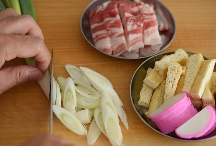 カレーとはまた違い、カレーうどんに用意したい食材は「ねぎ」「油あげ」「豚バラ肉」「かまぼこ」の4種類。それぞれ画像のように切って下ごしらえします。