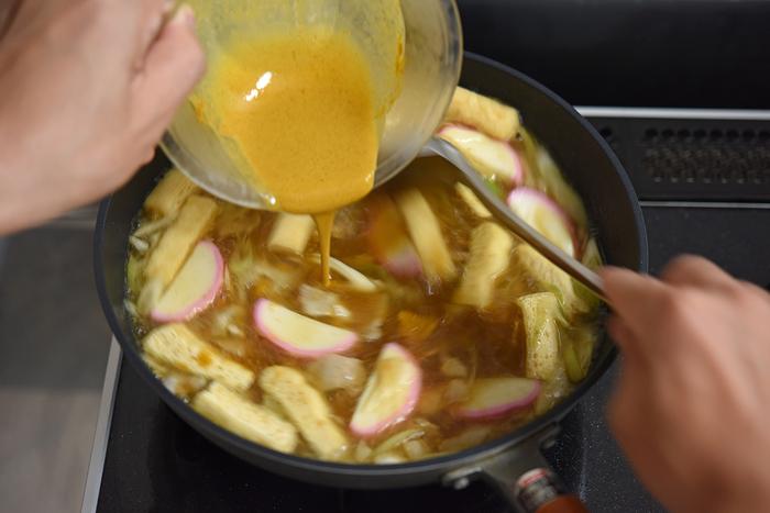 とろみ付けの材料は、投入前に再度しっかり混ぜて。火を少し強めて、フライパンの中を底から大きく混ぜながら加えていきます。ドロっとしてくると同時に、食欲を刺激するスパイシーな香りが立ち込めてきました。